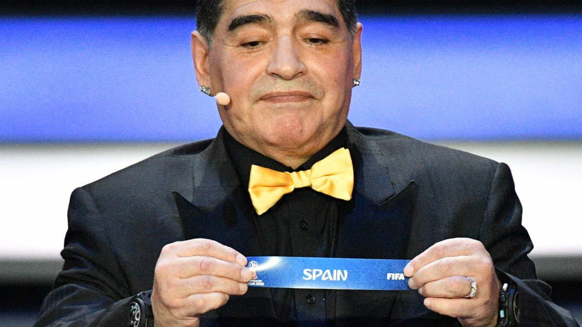 Diego Armando Maradona saca el cartelito de España. (AFP)