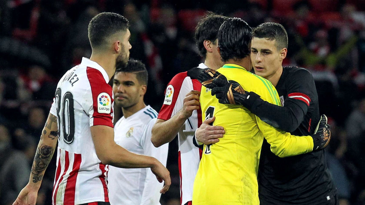 Kepa se abraza con Keylor tras el partido. (EFE)