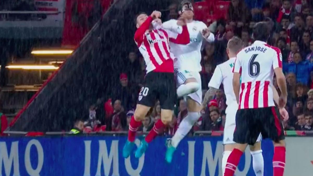 MINUTO 85. Sergio Ramos fue expulsado tras ver la segunda amarilla en un salto con Aduriz. Mateu se equivoca ya que en ningún momento el capitán del Madrid hace por golpear al delantero rival.