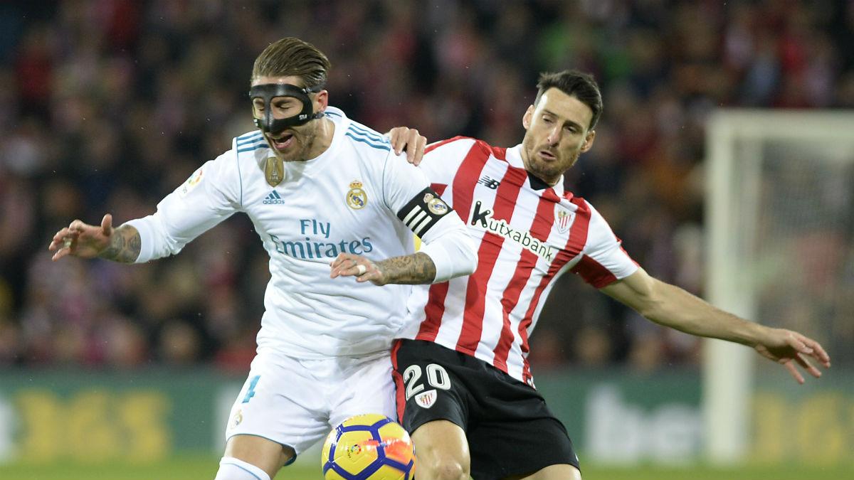 Sergio Ramos disputa un balón con Aduriz. (AFP)