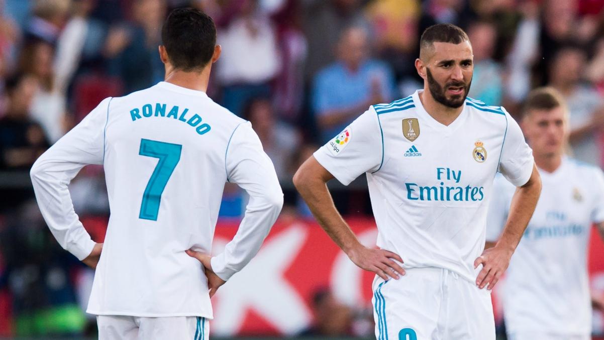 Cristiano Ronaldo y Benzema durante el partido en Montilivi. (Getty Images)