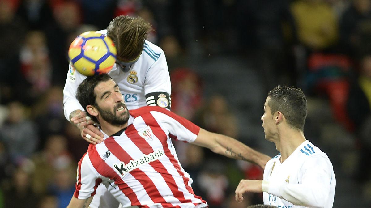 Raúl García pelea un balón con Sergio Ramos. (AFP)