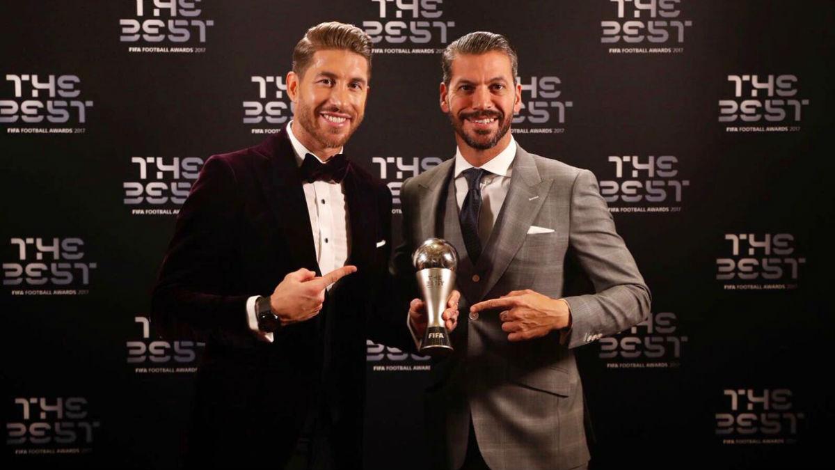 Sergio Ramos y René Ramos con el premio que acredita al madridista como mejor defensa.
