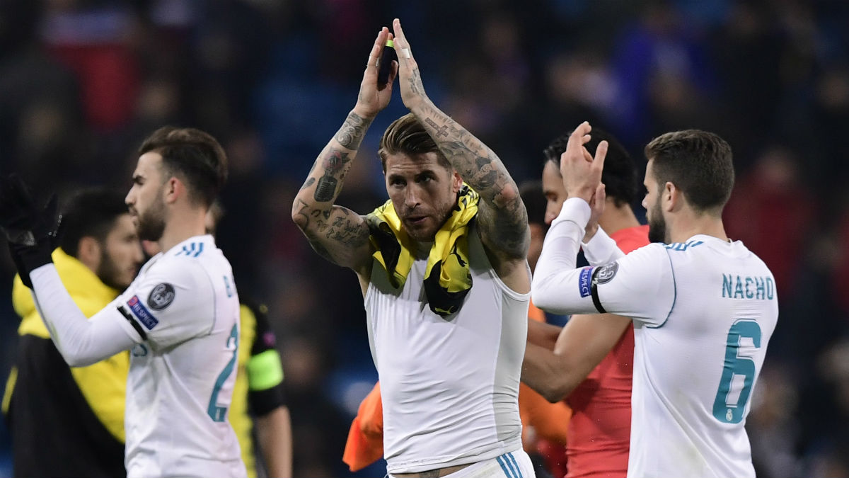 Sergio Ramos aplaude al público del Bernabéu. (AFP)
