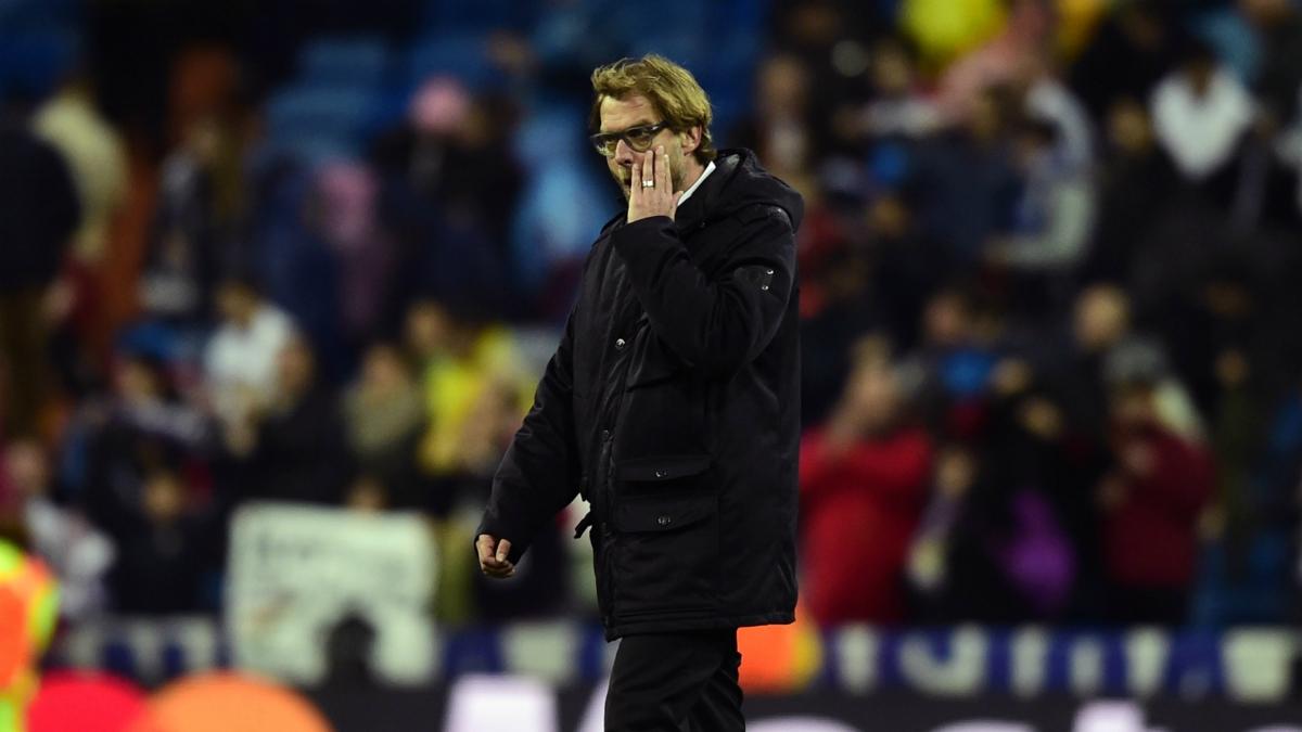 Klopp se marcha del Santiago Bernabéu tras una derrota con el Dortmund. (AFP)