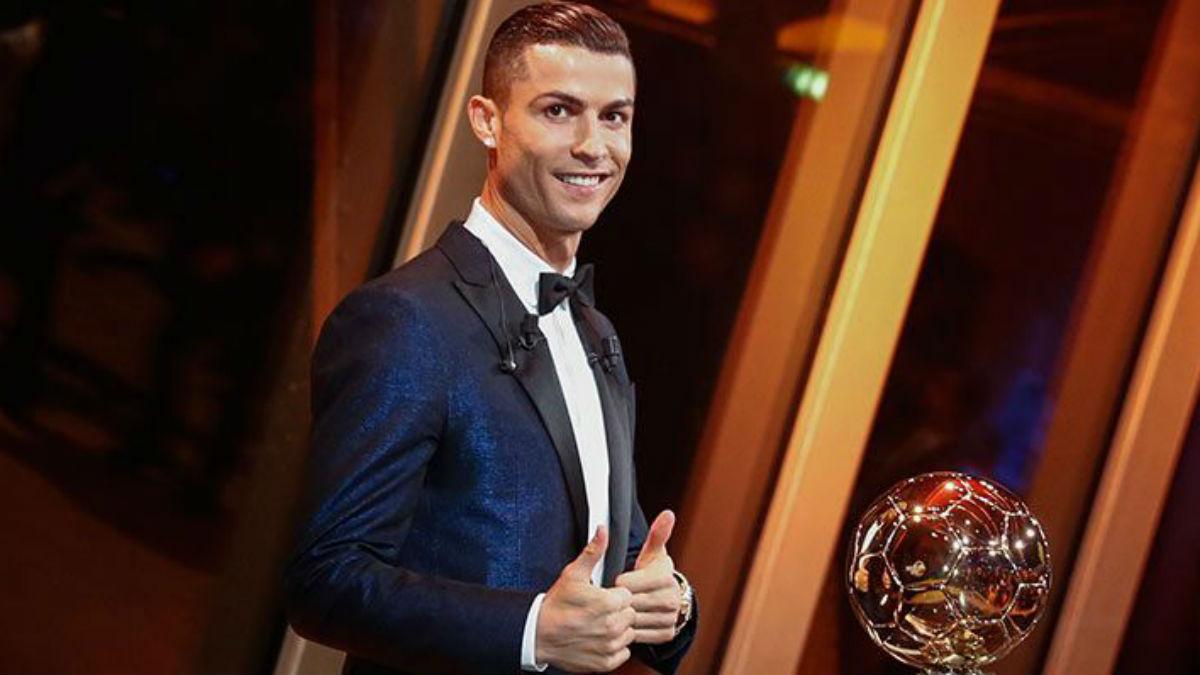 Cristiano Ronaldo junto a su quinto Balón de Oro. (Realmadrid.com)