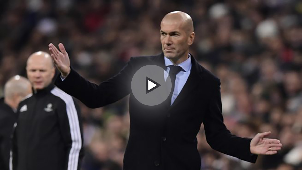 Zidane, dando órdenes durante el Real Madrid-Borussia Dortmund (AFP).