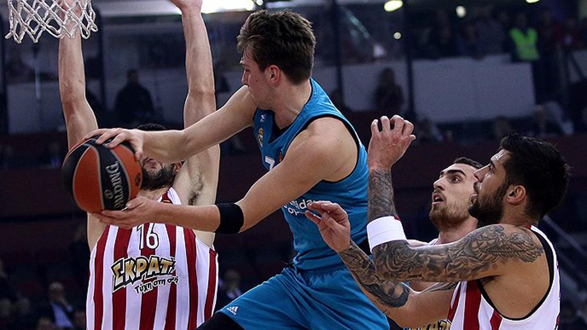 Doncic trata de dar un pase con la oposición de varios rivales.