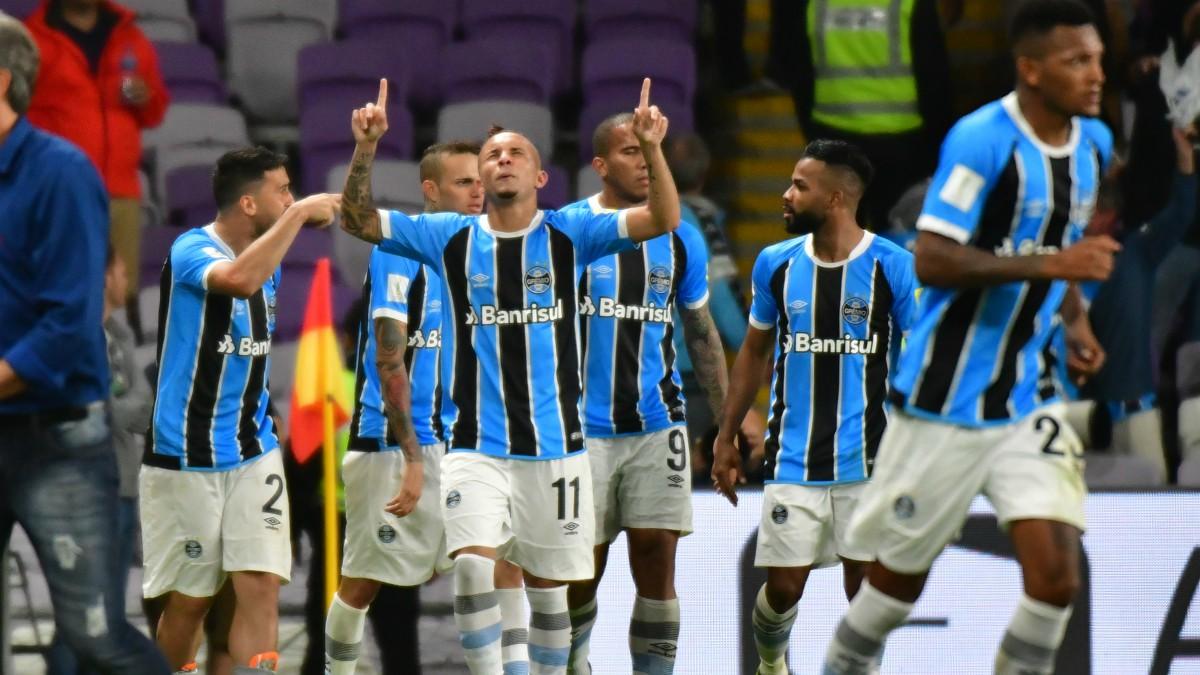 Los jugadores del Gremio celebran el gol del triunfo. (AFP)