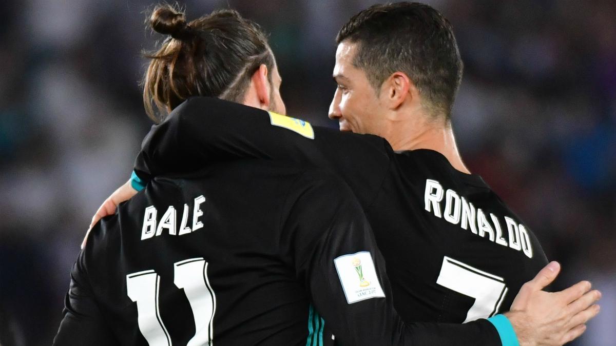 Cristiano felicita a Bale tras su gol al Al Jazira. (AFP)