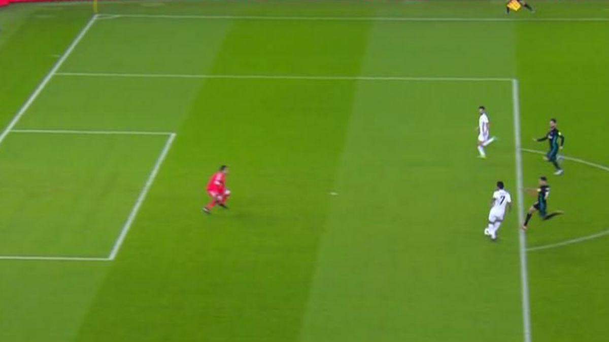 Minuto 46: El VAR hizo su trabajo e impidió que un tanto en fuera del juego del Al Jazira subiese al marcador ante el Real Madrid.