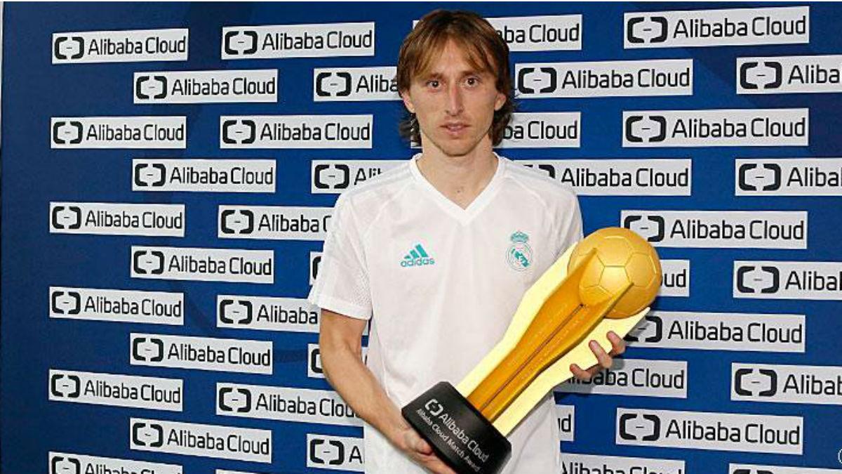 Luka Modric con el trofeo que le acredita como mejor jugador del partido. (Realmadrid.com)