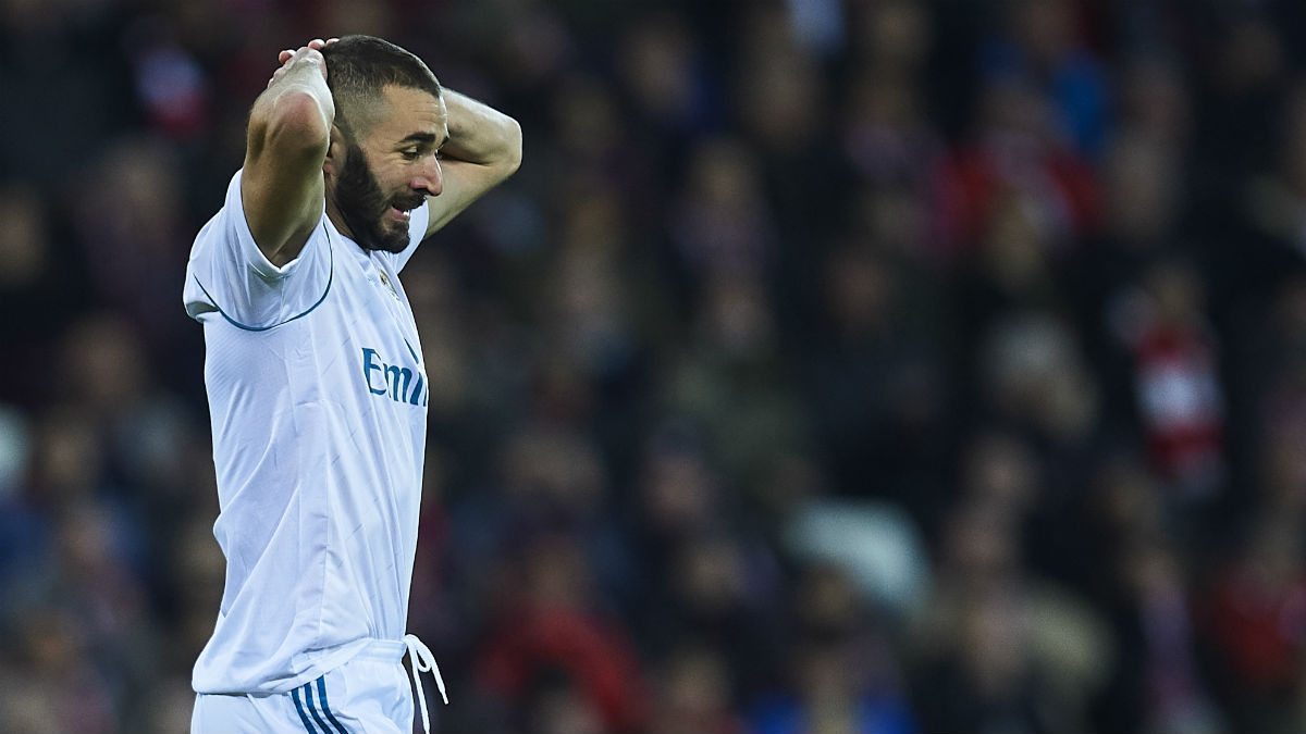 Benzema lamentándose en el duelo ante el Al Jazira (Getty)