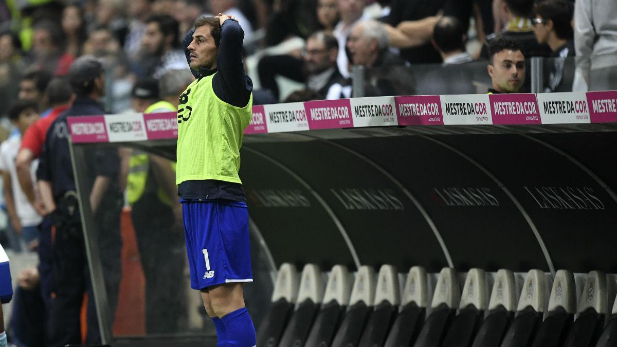 Casillas, en el banquillo, durante un partido del Oporto (AFP).