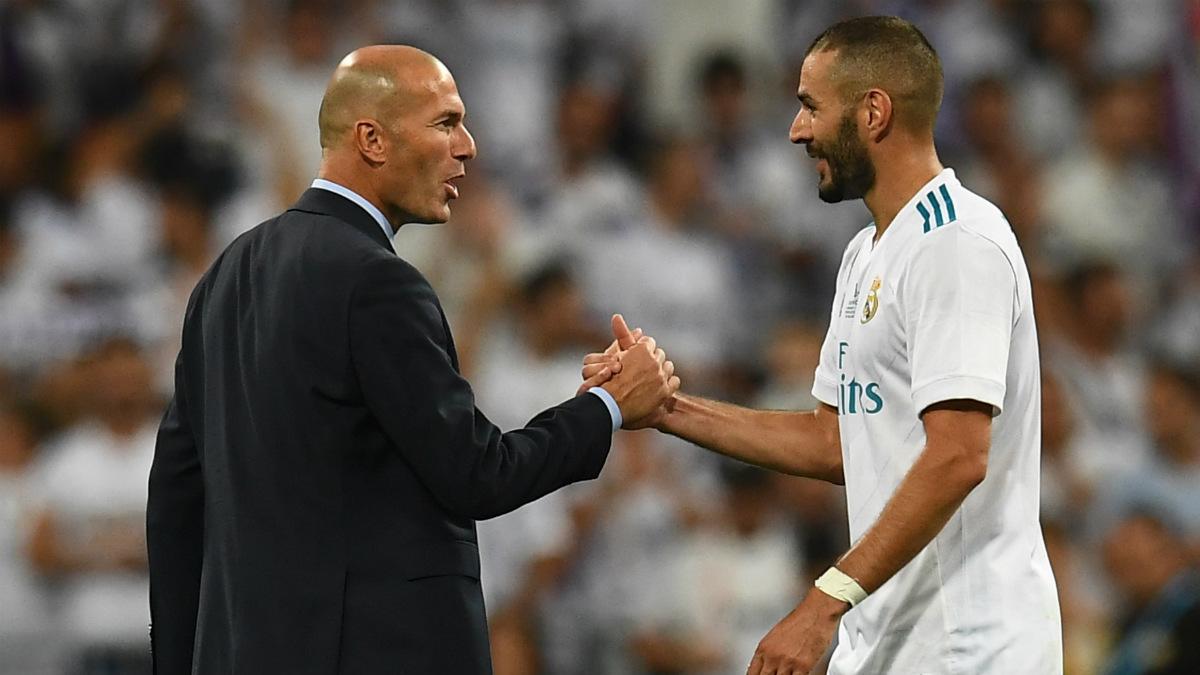 Zidane da la mano a Benzema después de su gole en el Clásico de la Supercopa. (AFP)