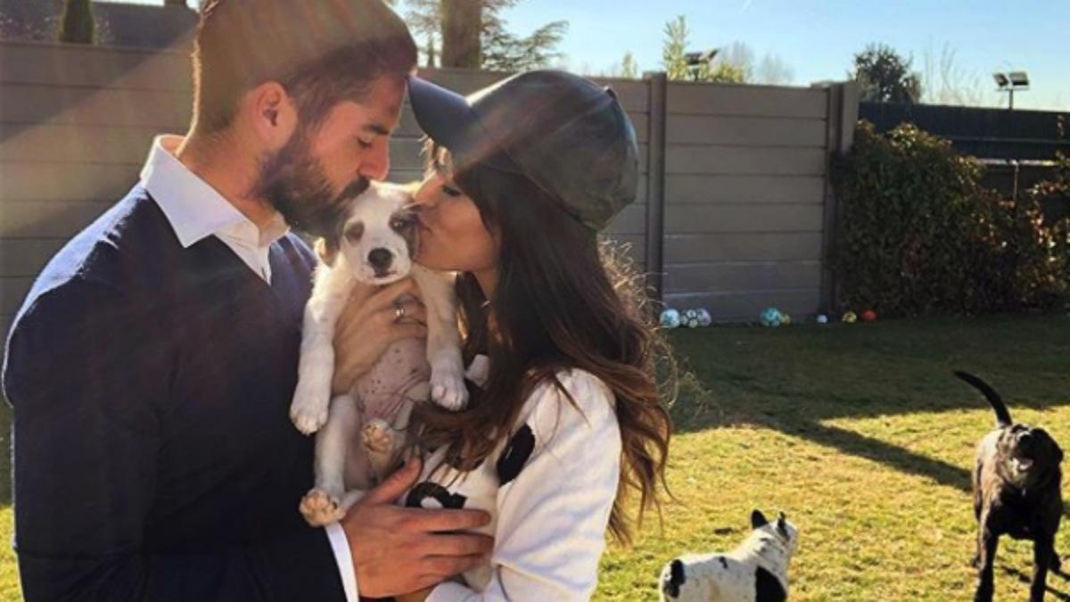 Isco Alarcón y su novia se besan.