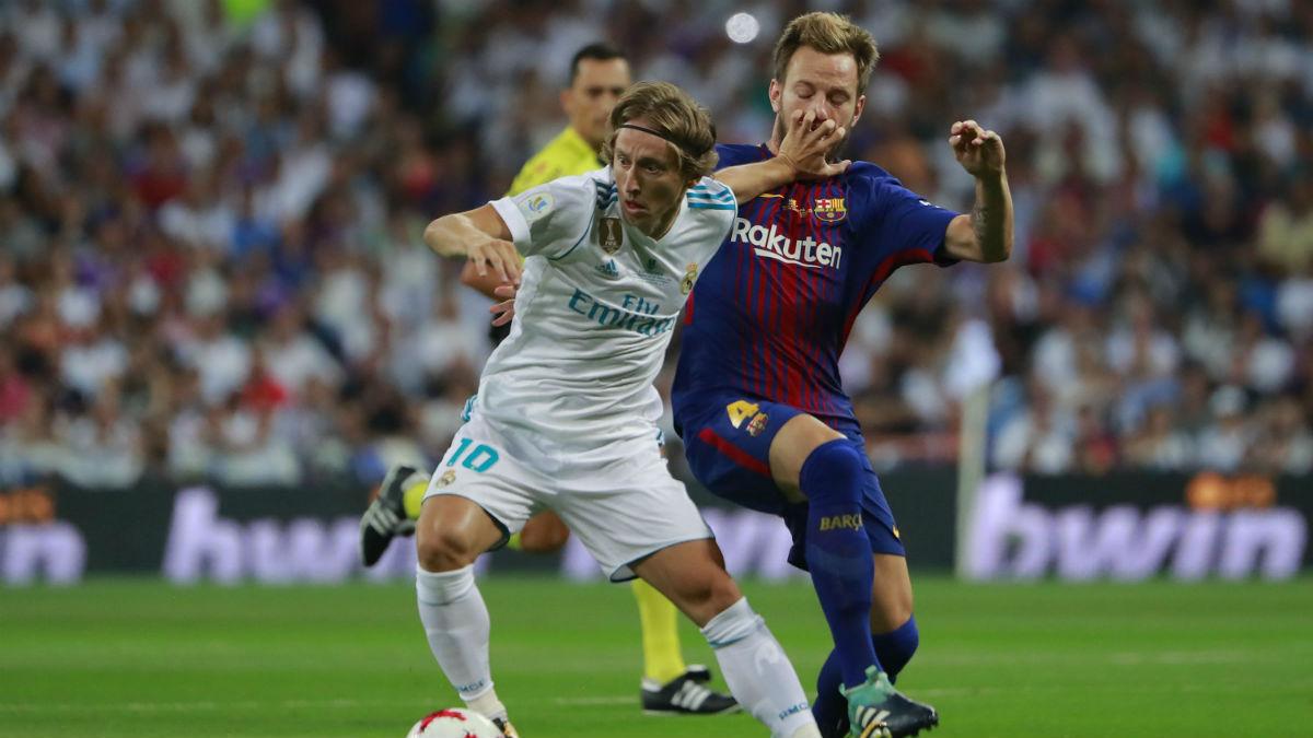 Modric y Rakitic pugnan por el balón en la medular.