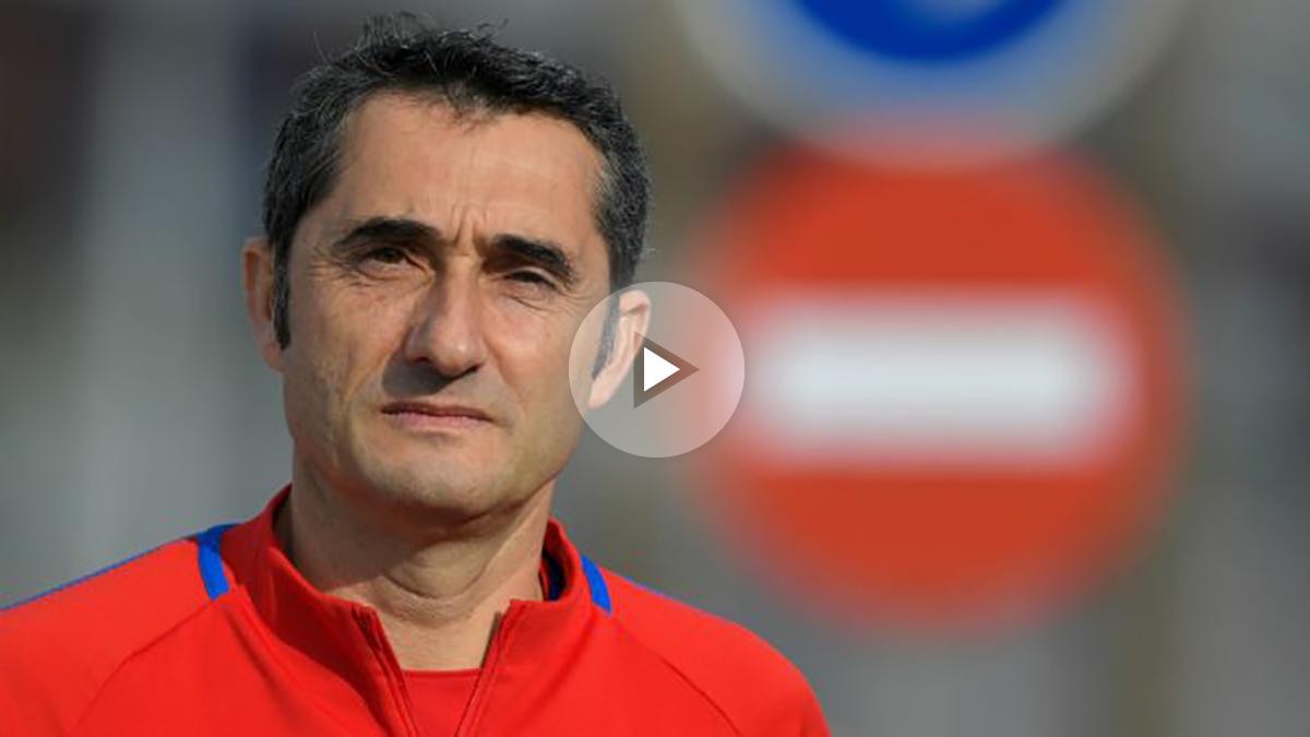 Ernesto Valverde camino de la rueda de prensa. (AFP)