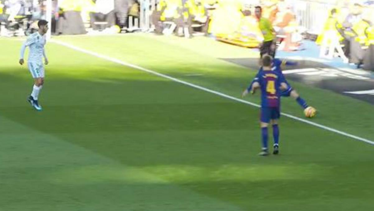 Messi controla el balón fuera del campo antes del último gol azulgrana.