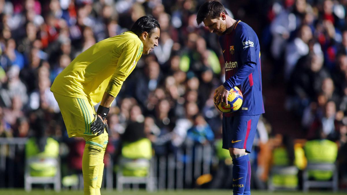 Navas reta a Messi antes del penalti transformado por el argentino. (AFP)