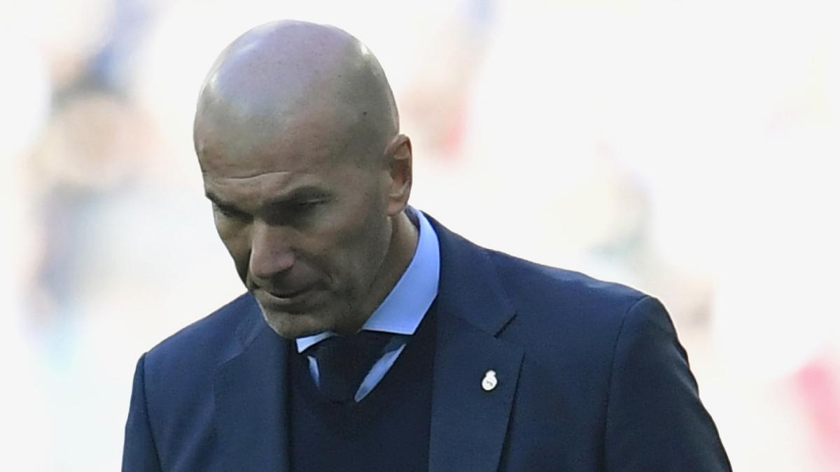 Zidane, cabizbajo durante el Clásico (AFP).