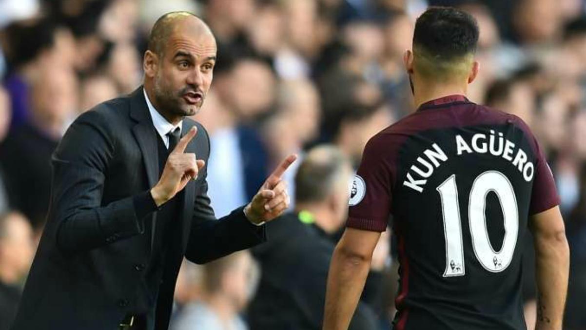 Guardiola da instrucciones al Kun durante un partido del City. (AFP)