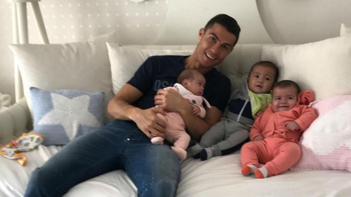 Cristiano posando con sus bebés (Instagram)