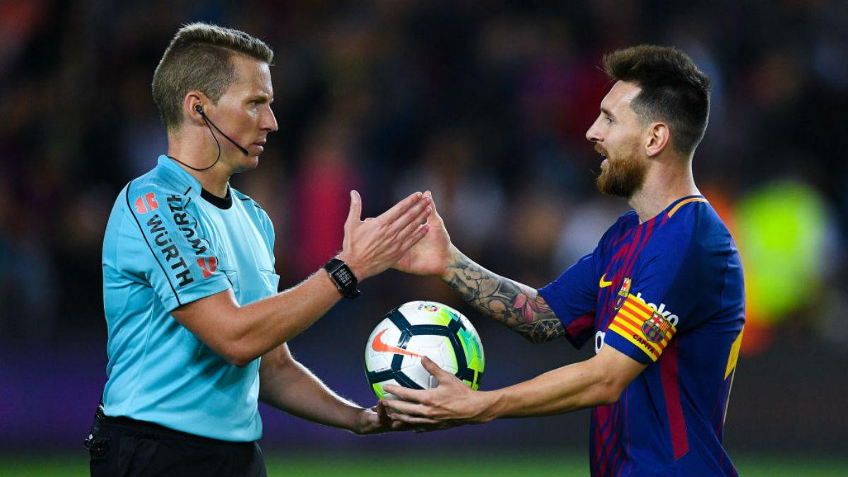 Leo Messi y Hernández Hernández se saludan esta temporada, tras la victoria del Barcelona al Eibar, que terminó con un polémico penalti contra los de Mendilibar (Getty).