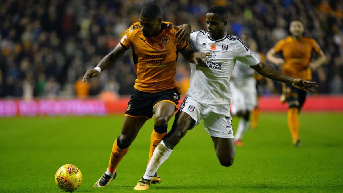 Ryan Sessegnon (derecha) pelea un balón, durante un partido del Fulham (Getty).