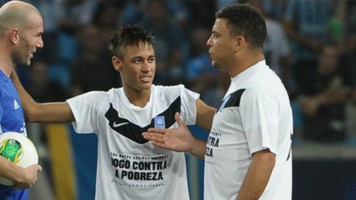 Ronaldo junto a Neymar y Zidane durante un partido benéfico. (AFP)
