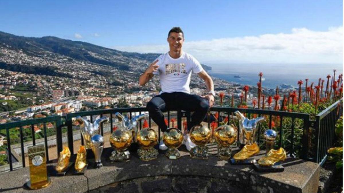 Cristiano Ronaldo posa con sus distinciones individuales más importantes (Instagram).
