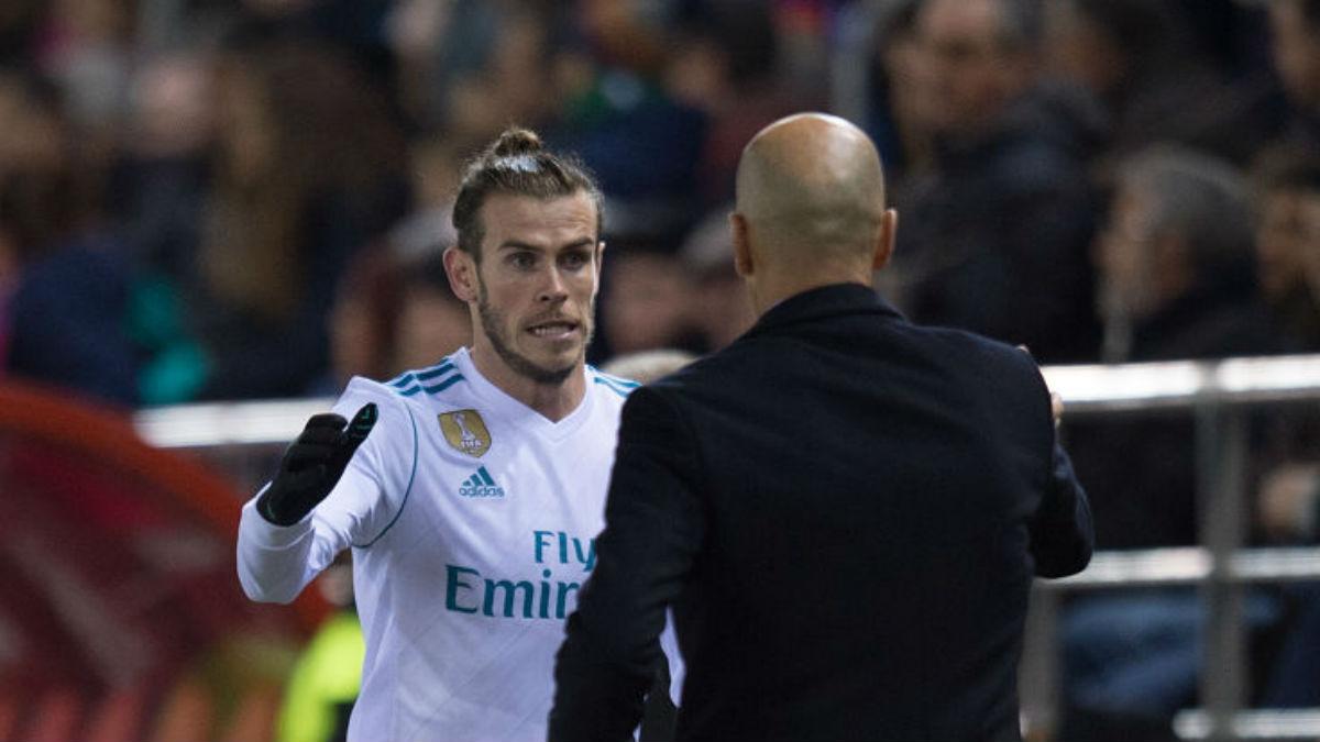 Gareth Bale saluda a Zidane tras ser sustituido ante el Numancia (Getty).