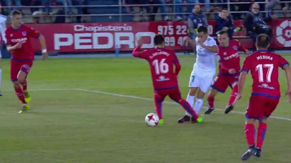 Penalti sobre Lucas Vázquez durante el Numancia vs Real Madrid