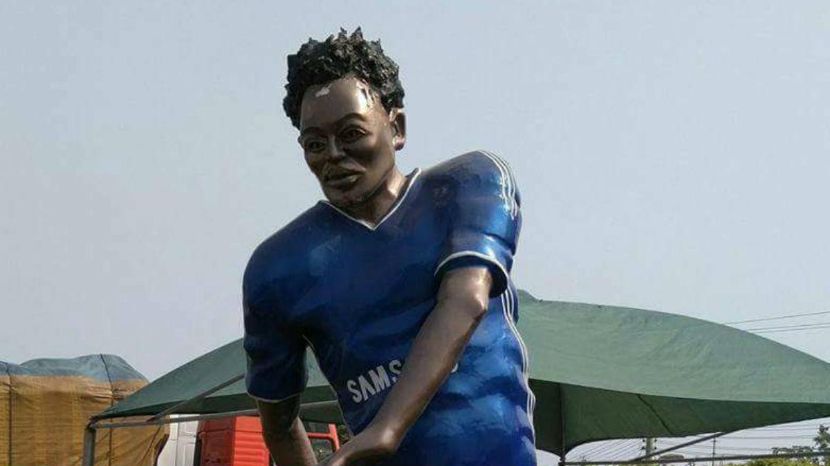 Escultura de Michael Essien en Ghana (Twitter)