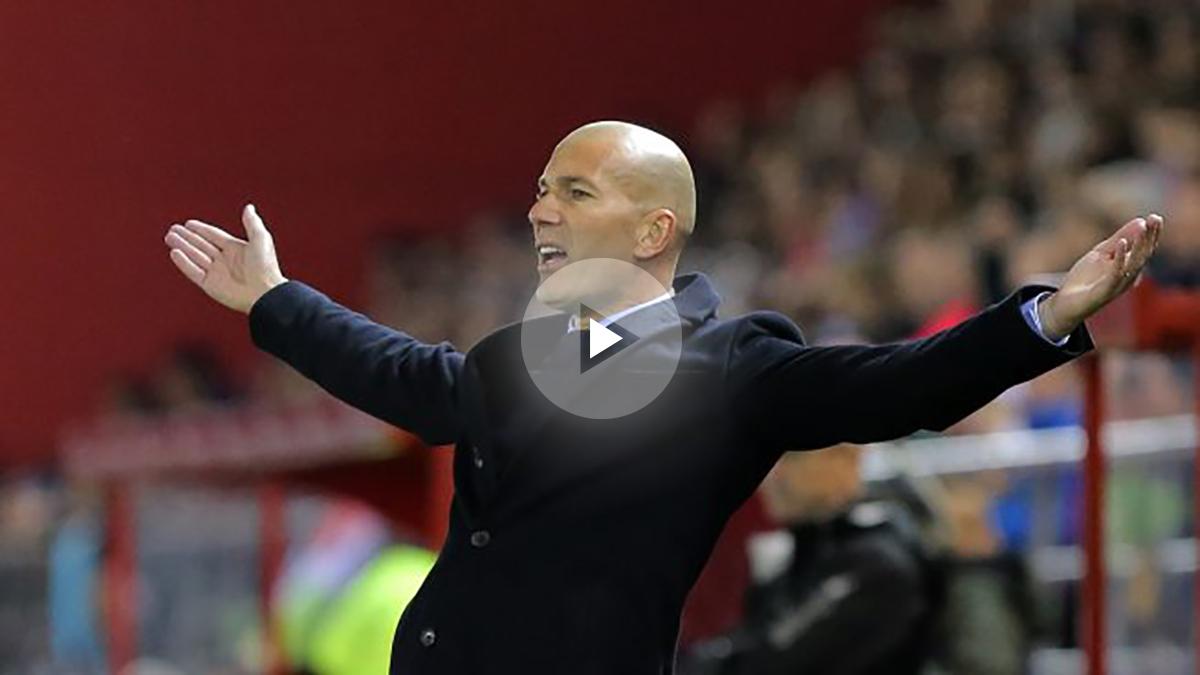 Zidane, haciendo gestos en la banda durante el Numancia-Real Madrid (AFP).