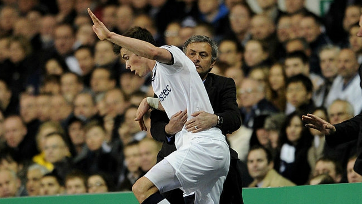 Mourinho agarra a Bale durante un Tottenham-Real Madrid. (Getty Images)