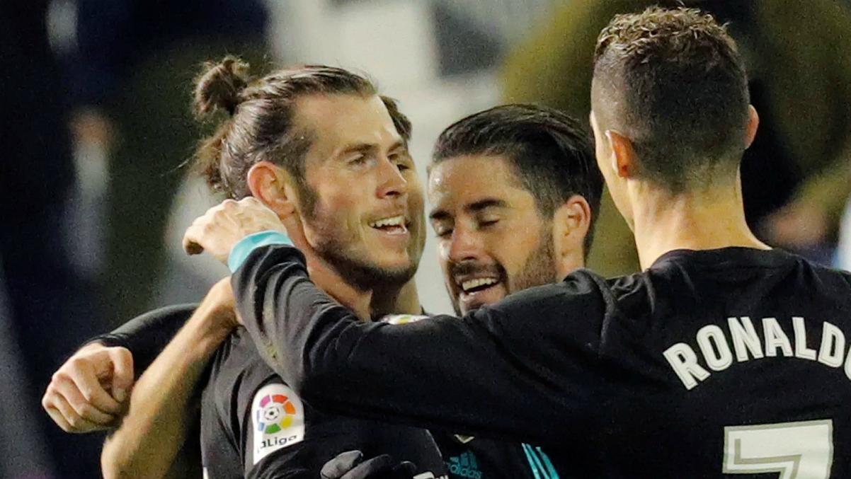 Isco y Cristiano felicitan a Bale después de uno de sus goles en Balaídos. (EFE)