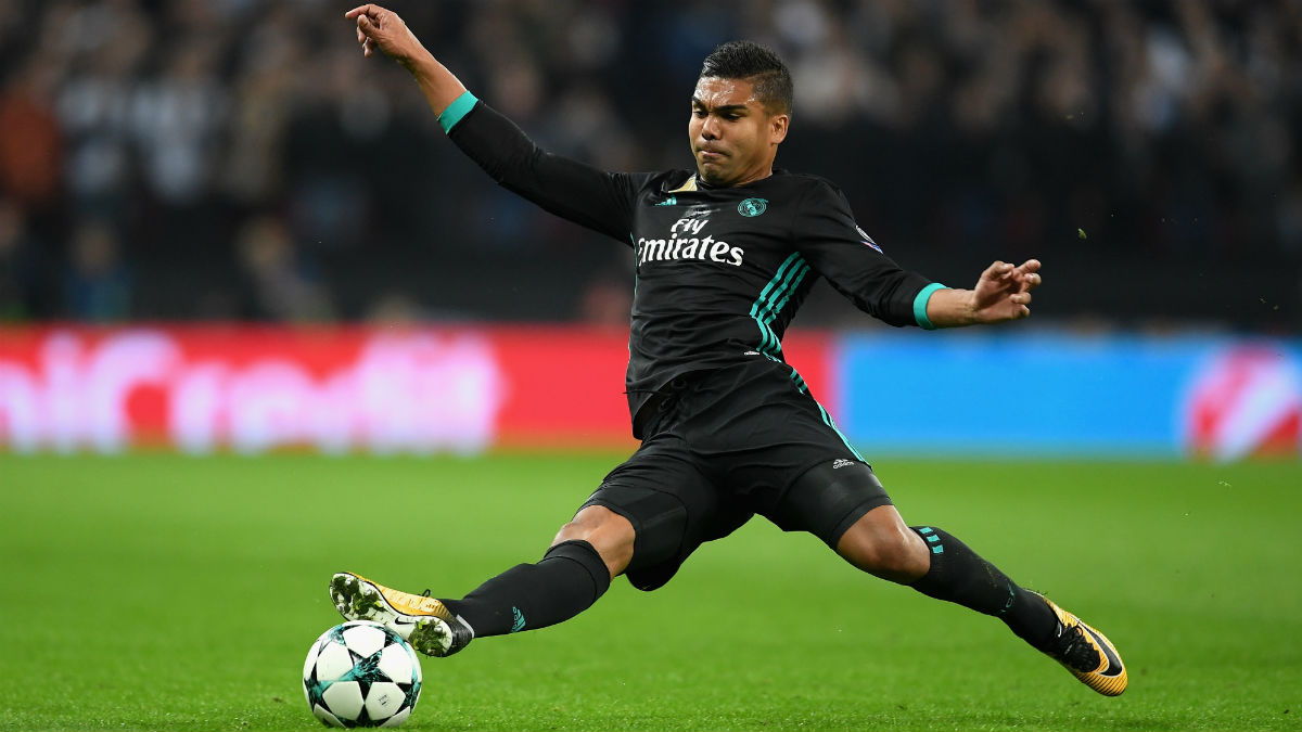 Casemiro disputa un balón. (Getty)
