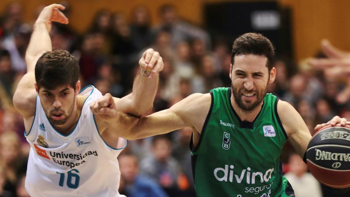 Santi Yusta pugna con Sergi Vidal un balón en el duelo del Olímpico. (EFE)