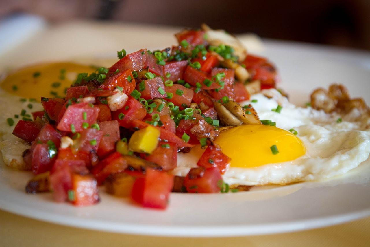Huevos-a-la-sartén-con-tomate-natural-mango-y-cebolla1