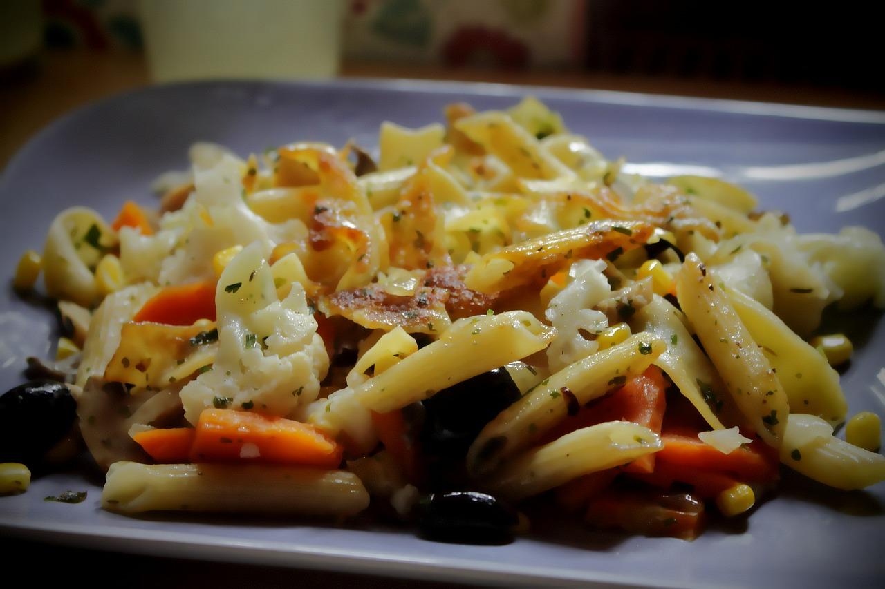 Macarrones-con-cuscús-de-coliflor-verduras-salteadas-y-aceite-de-cebollino-y-menta1
