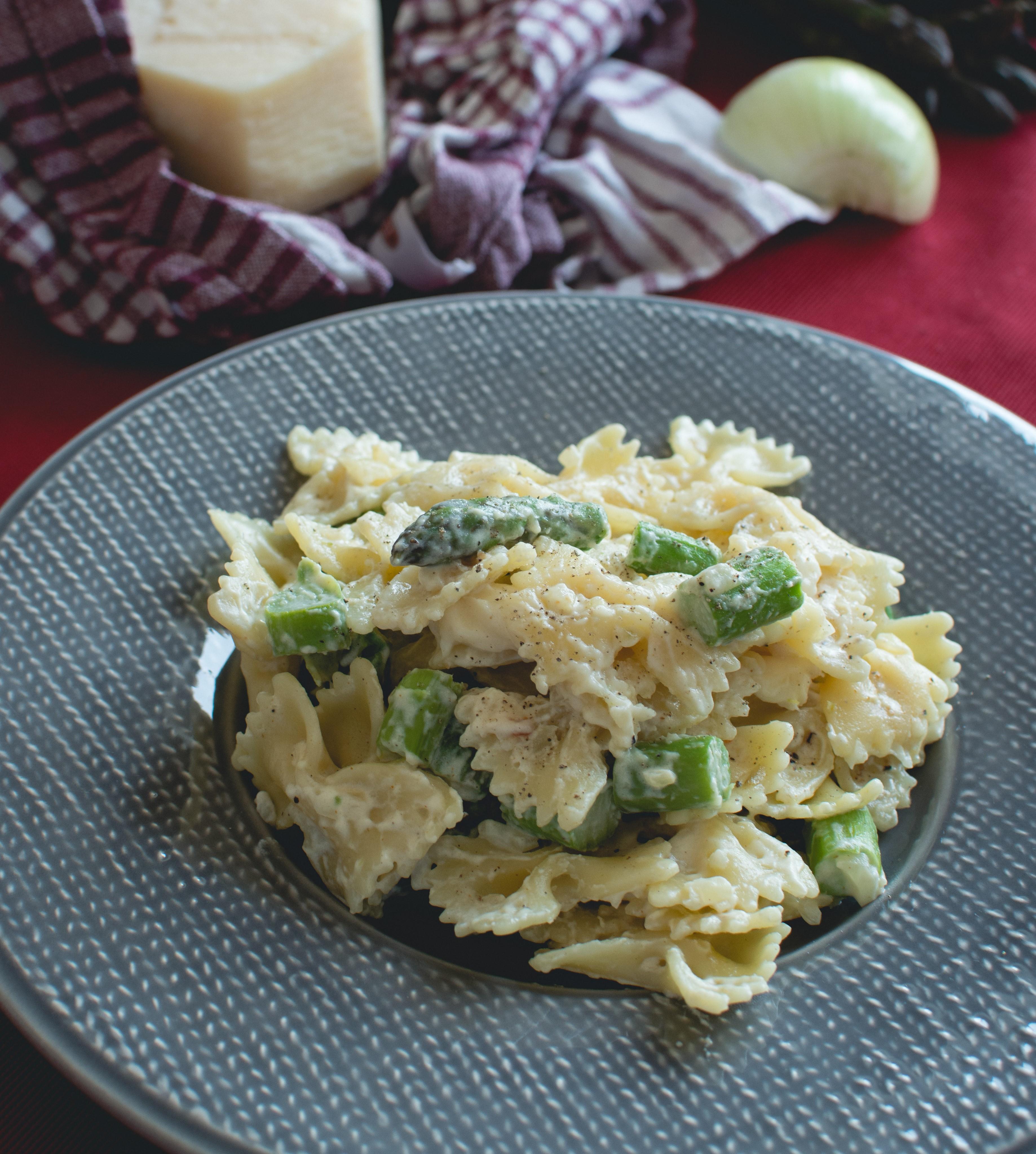 Lacitos-de-pasta-con-salsa-de-espárragos-trigueros1