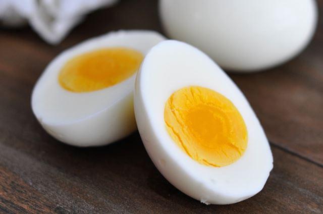 Cómo pelar fácil un huevo duro (y tres alimentos más)