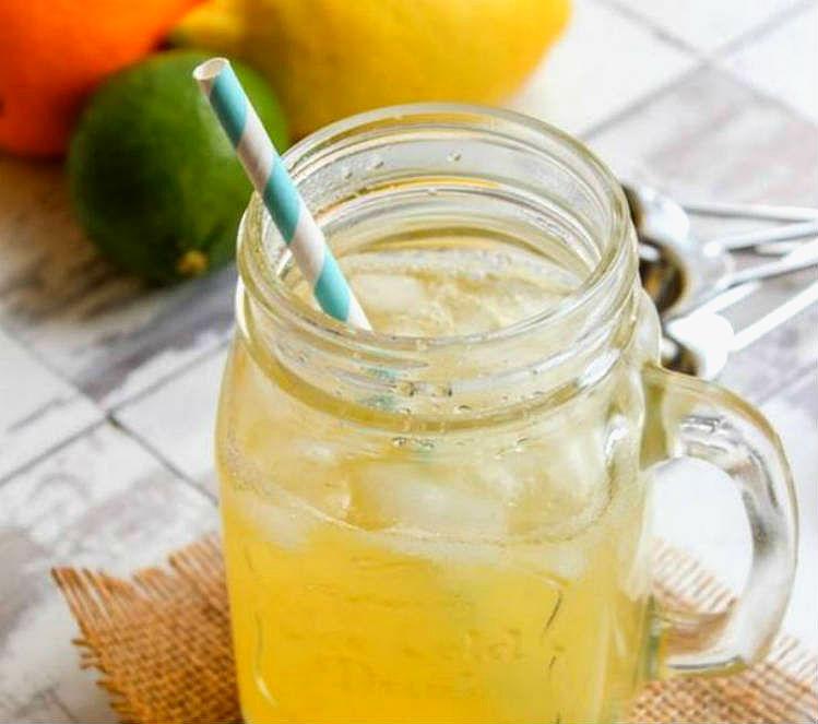 Bebida de electrolitos casera de limón y jengibre