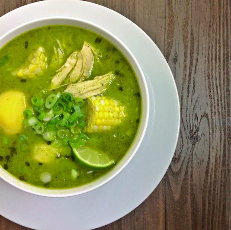 Sopa peruana de pollo y cilantro