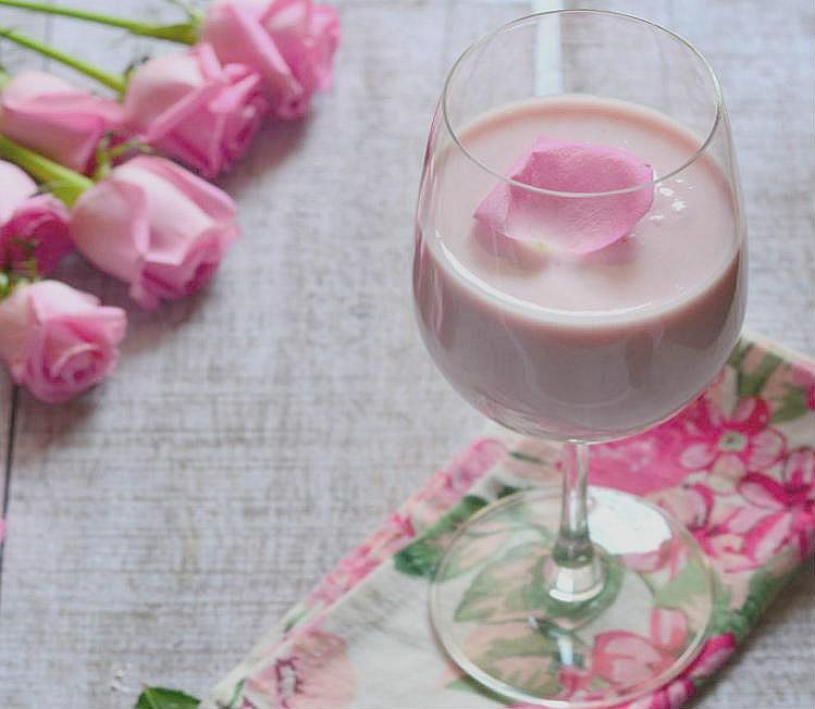 Lassi dulce con agua de rosas