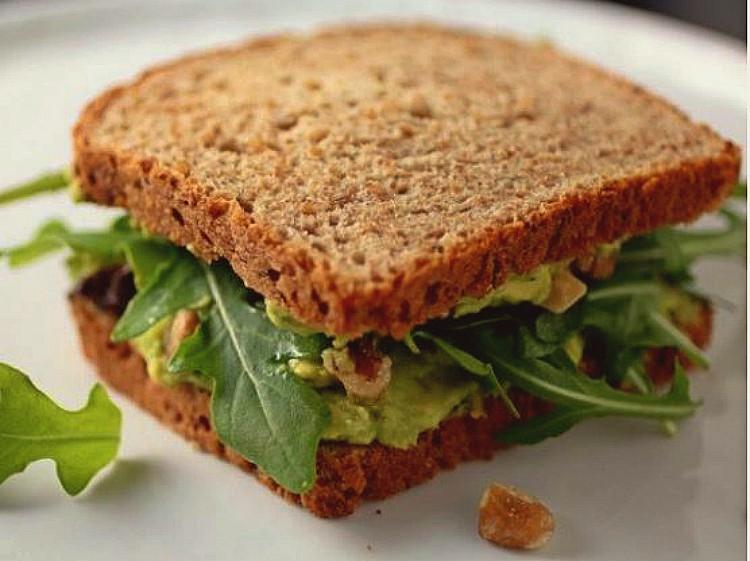Sándwich vegetal de aguacate rúcula y nuez