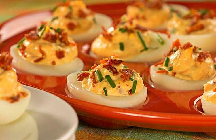 Huevos rellenos con queso cheddar y bacón