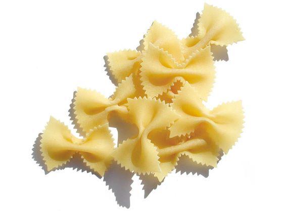Pajaritas de pasta con salchichas tomate y hierbas aromáticas.