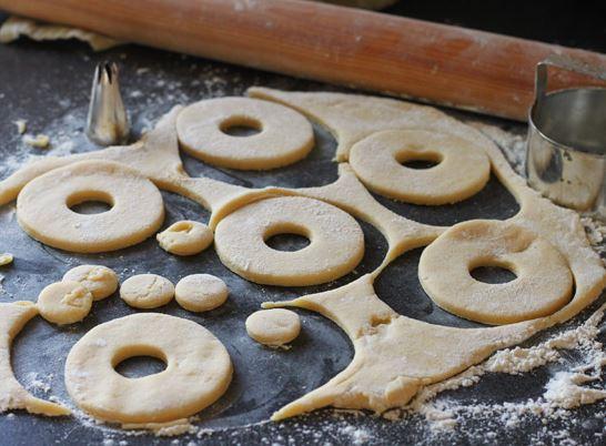 Rosquillas de anís caseras: Dar forma a la masa